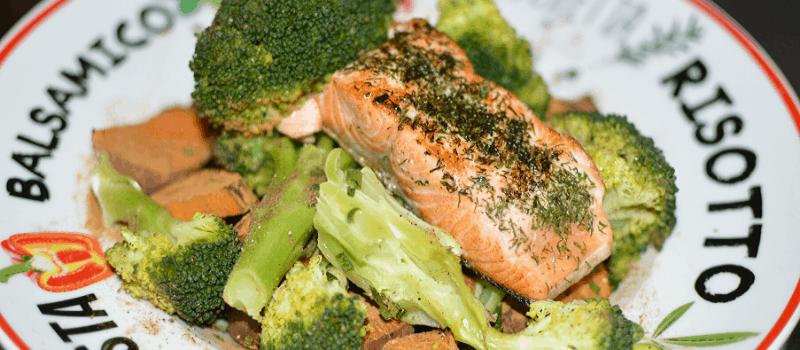 Zoete aardappel met zalm en broccoli