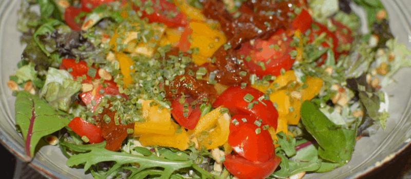 Salade rucola zongedroogde tomaten pijnboompitten maken