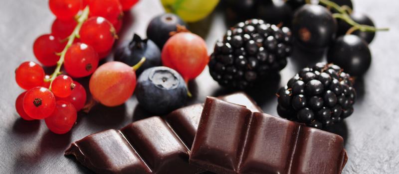 Rood fruit met chocolade maken