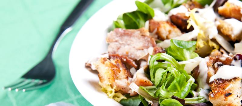 Caesar Salade met ei en avocado maken