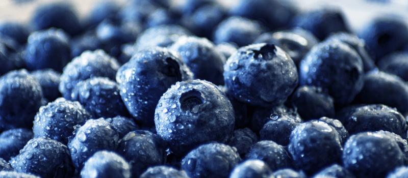 Frambozen en blauwe bessen toetje maken